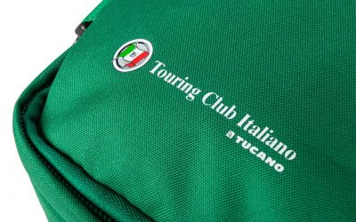 Tucano ha realizzato per Touring Club Italiano un modello esclusivo dello zaino da viaggio Tugò, personalizzandolo con i colori ed i loghi della prestigiosa e storica realtà milanese